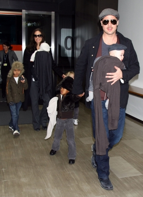 83991_ctor-brad-pitt-and-angelina-jolie-arrive-at-narita-international-airport-with-their-children-l-to-r-maddox-vivienne-zahara-and-knox-on-january-27-2009-in-narita-chiba-japan-brad-is