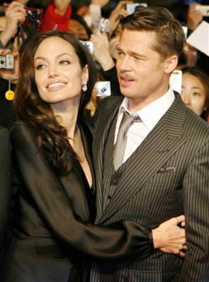 84551_brad-pitt-and-angelina-jolie-on-the-red-carpet-during-japan-premier-of-the-curious-case-of-benjamin-button-in-tokyo